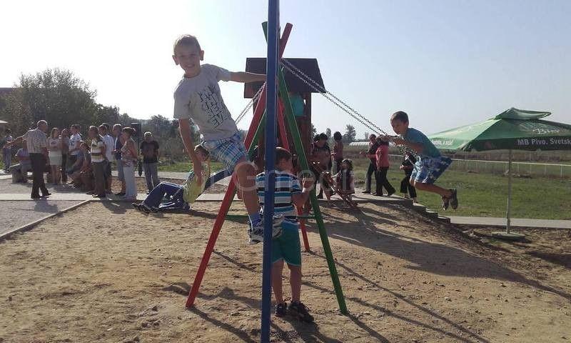 Meštani Grdanice sami napravili igralište za decu