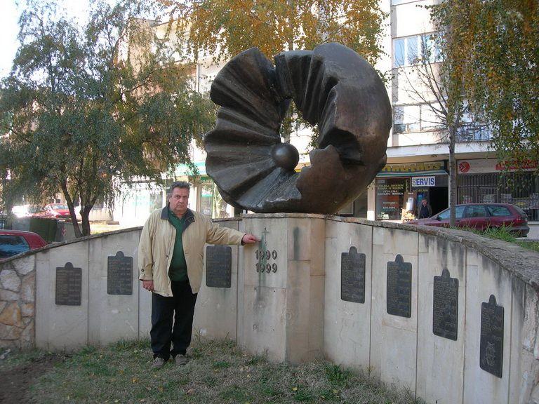 Oskrnavljen spomenik palim borcima
