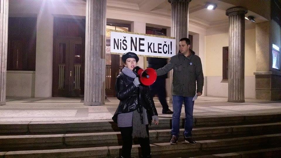 """Protest """"Niš ne kleči"""" večeras ispred Narodnog pozorišta (VIDEO)"""