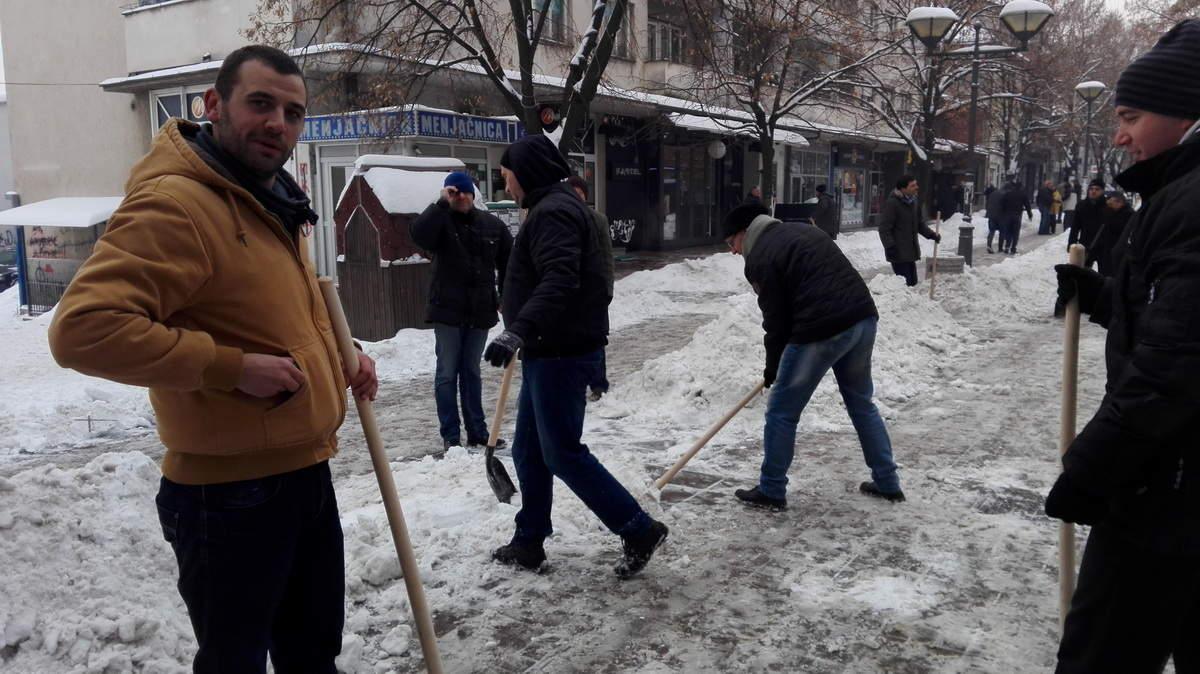 Opštinski funkcioneri čiste sneg u Prokuplju