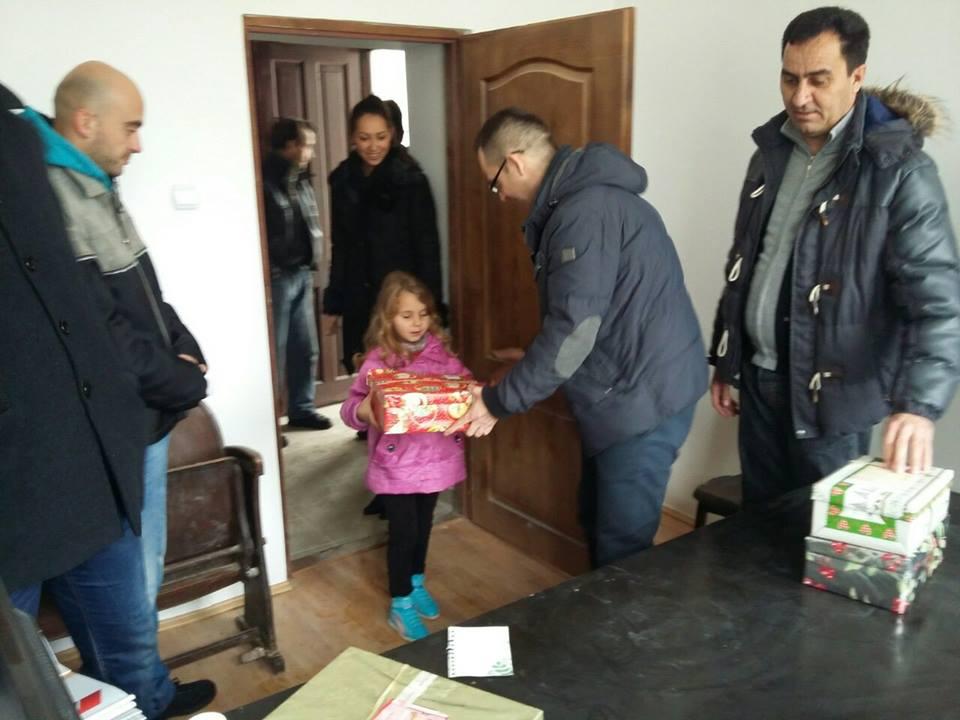 Naprednjaci podelili božićne paketiće deci