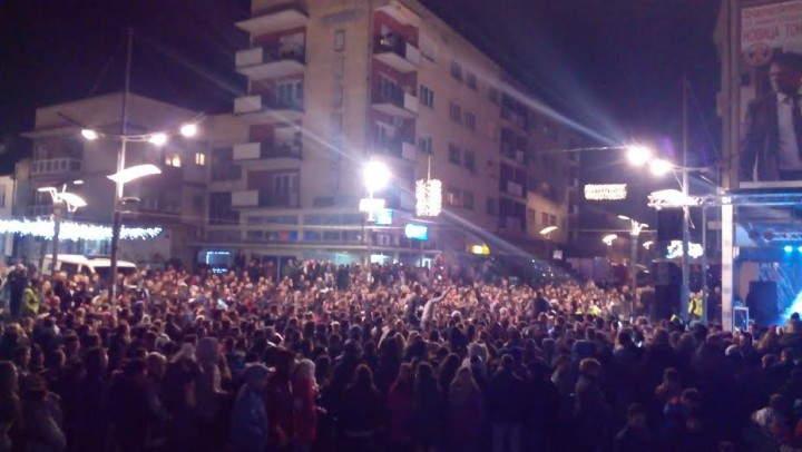 Nekoliko hiljada Surduličana uz Tropiko bend dočekalo Novu godinu