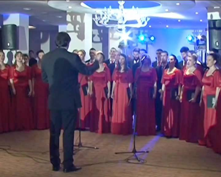 Svečane haljine i tamna odela za Svetosavski bal u Nišu