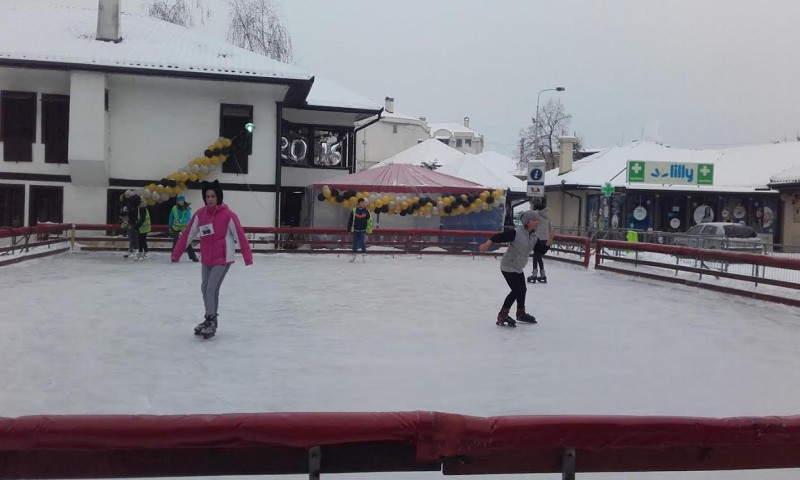 Klizališe u Leskovcu totalni hit među najmlađima