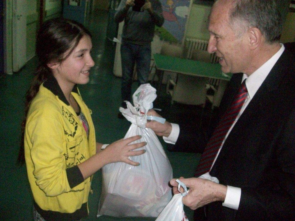 Gradska opština Medijana tradicionalno darivala decu na klinikama
