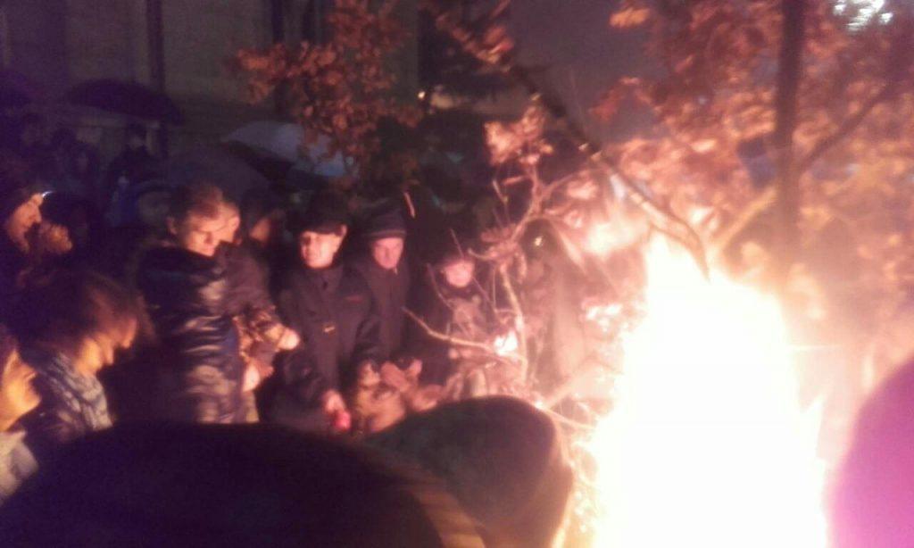 Zapaljena dva badnjaka u Leskovcu, liturgije večeras u ponoć i sutra ujutru