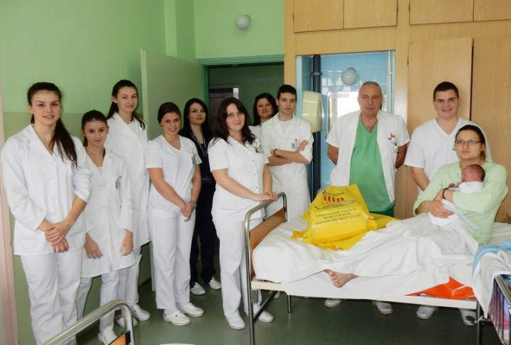 Učenici Medicinske škole darivali prvorođenu božićnu bebu