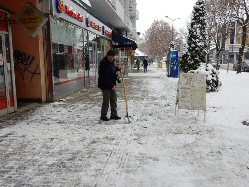 Komunalna policija upozorava: Očistite sneg ispred svog ulaza i lokala