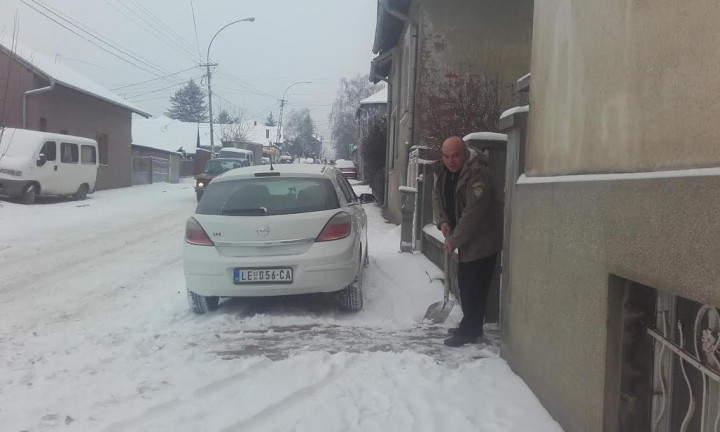 POGLEDAJTE: Sneg prekrio Leskovac, putari tvrde da se čiste ulice