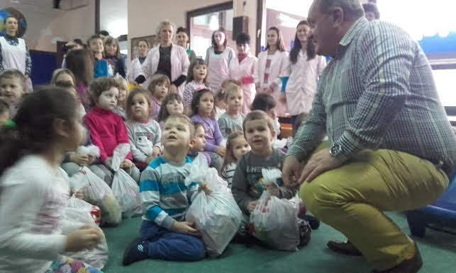 Naprednjaci podelili božićne paketiće najmlađima i najstarijima