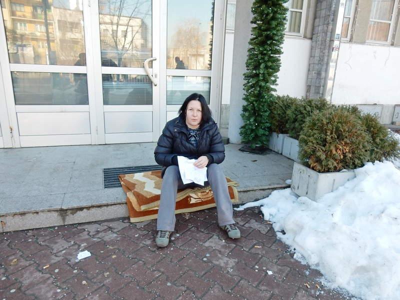 Psihijatrijska bolesnica štrajkuje ispred opštine