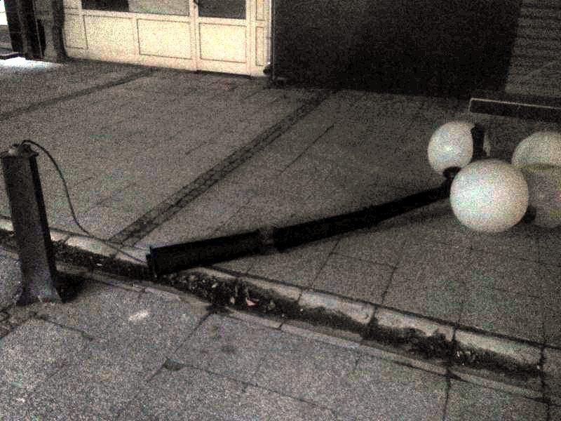 Kombijem pokosio lampion na šetalištu u Leskovcu