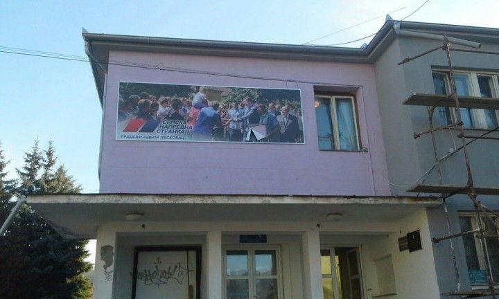 Pocepan Vučićev bilbord u Grdelici