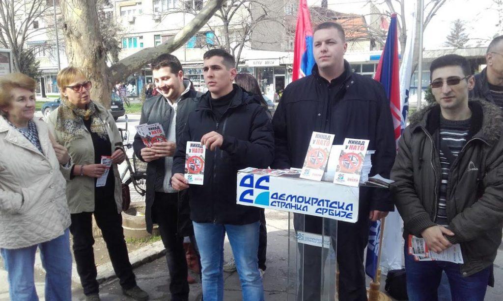 """Dve stranačke akcije """"Ne u NATO"""" u centru Leskovca"""