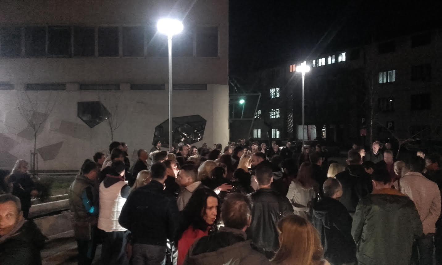 Osvetljen plato ispred muzeja u Leskovcu
