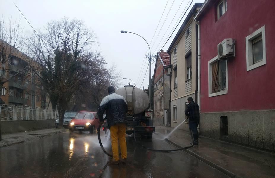 Dok kiša pada, Komunalci šmrkovima peru ulice