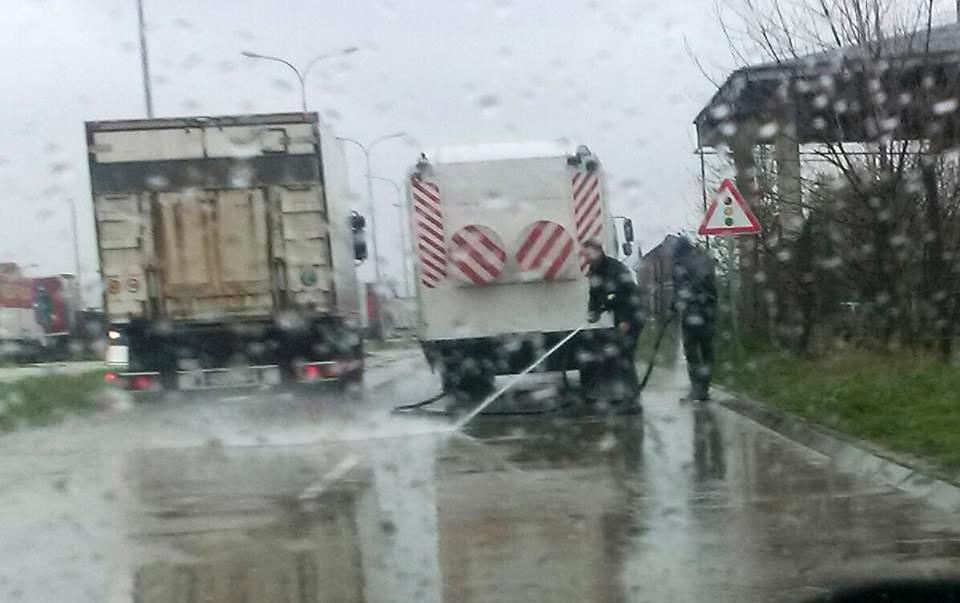 Komunalci ne odustaju od pranja ulica po kiši