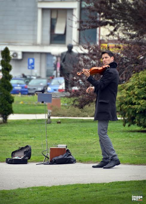 Ulični svirač Danilo Anđelković svirao i u Leskovcu