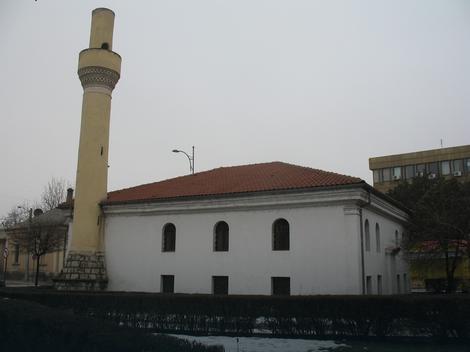 Navijački grafiti iscrtani na džamiji u Nišu