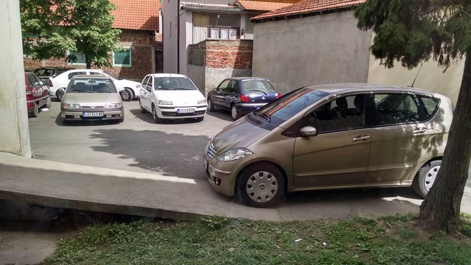 BAHATO – Doktorka parkirala na ulazu za invalide u Dečjem dispanzeru?