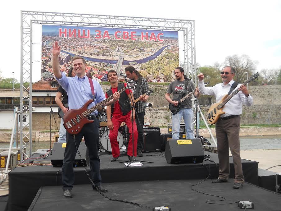 Borko Stefanović u Nišu svirao gitaru i prodavao robu na pijaci