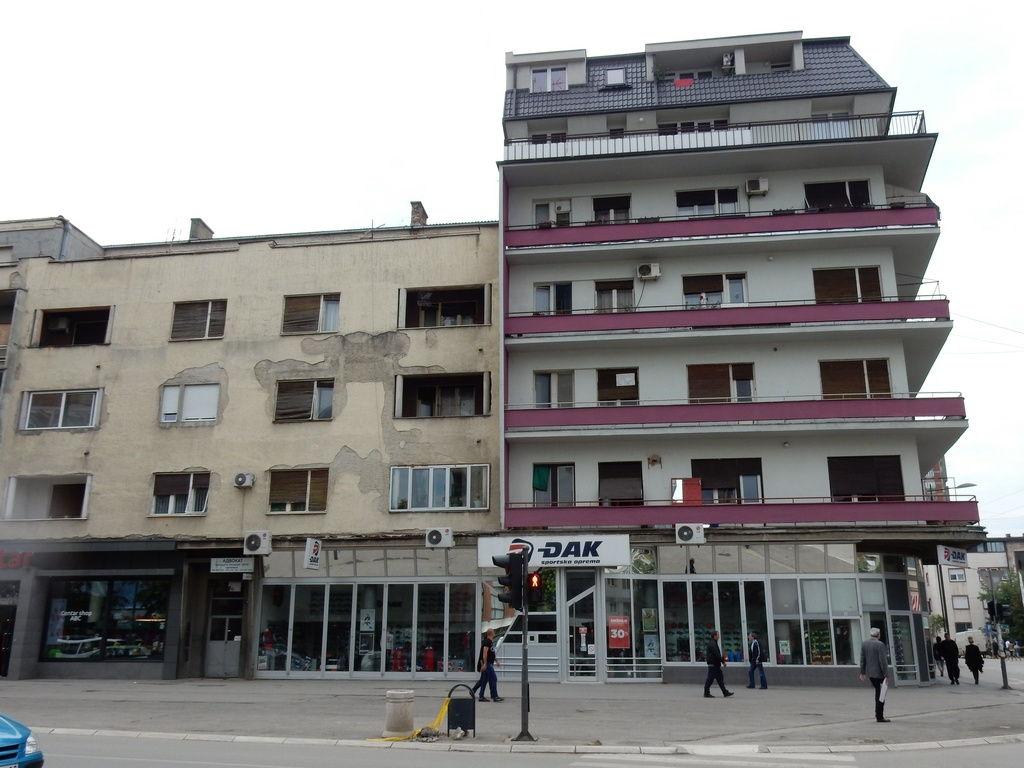LESKOVAC04_Zgrada sa koje je fudbaler bacio televizor na trotoar_Zgrada sa ljubicastim delovima fasade_FOTO M Ivanovic