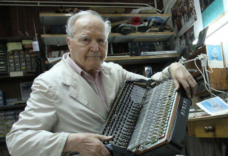 Dragi Gadžihanac popravlja harmonike sa 89 godina