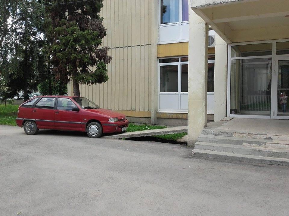 Još jedna bahata doktorka parkirala na ulazu za invalide u Dečjem dispanzeru