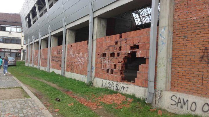 """NEVEROVATNO! Razvaljeni zidovi na hali """"Partizan"""" (FOTO)"""