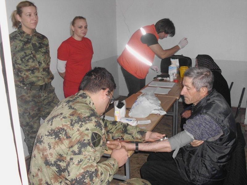 Vojska proveravla zdravlje meštana, Crveni krst delio pakete