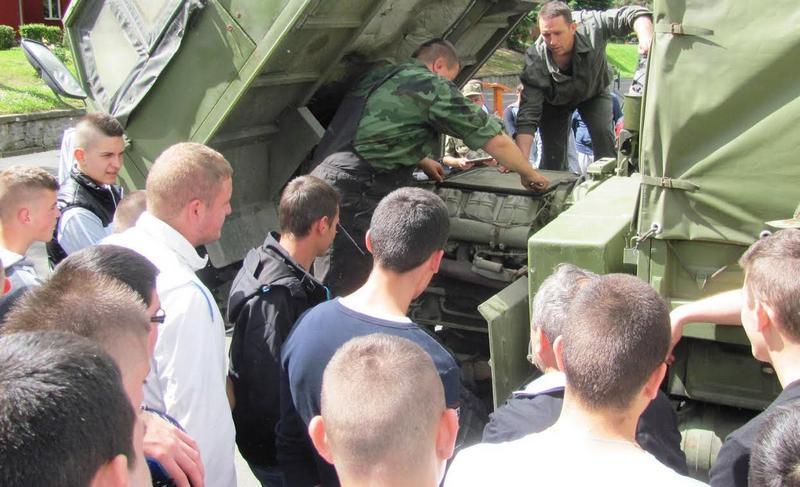 Budući automehaničari učuli zanat od vojnika