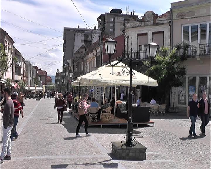 Divlje bašte kafića na šetalištu u Vranju