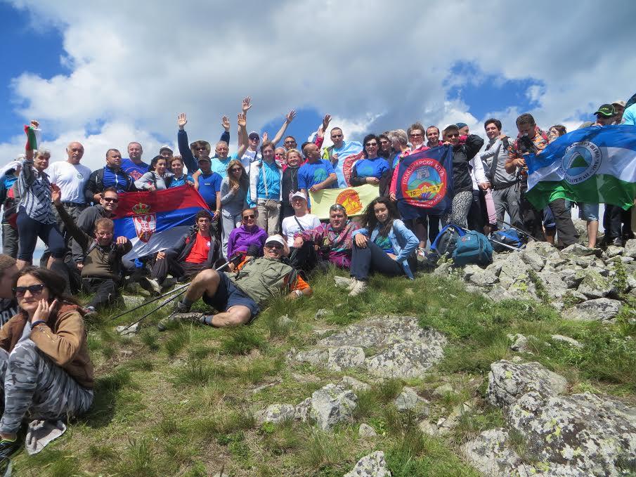 Vrh na granici dve zemlje osvojilo preko 1.200 planinara
