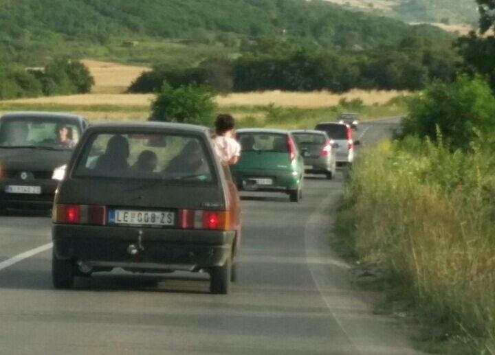 Nesavesni roditelji: Dete sedi na prozoru automobila?!