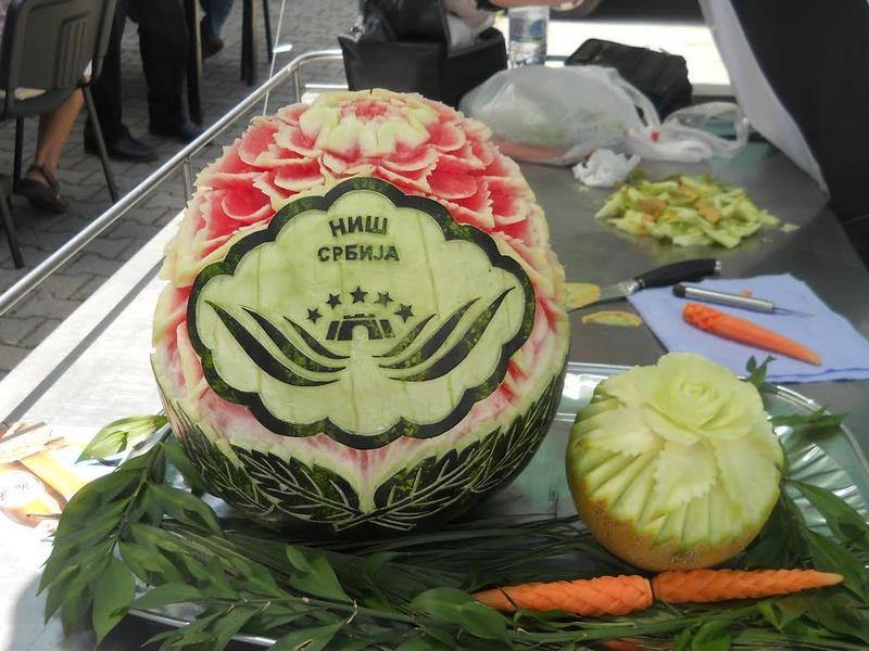 Karving: U rukama Nišlije voće i povrće postaje cveće, leptir, klas….