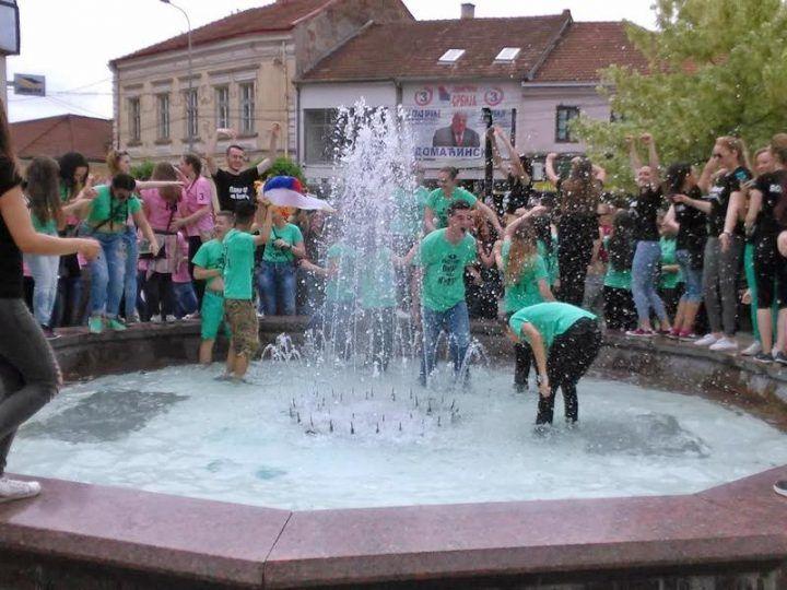 Kupanje u fontani i manji eksces obeležilo slavlje maturanata (FOTO)