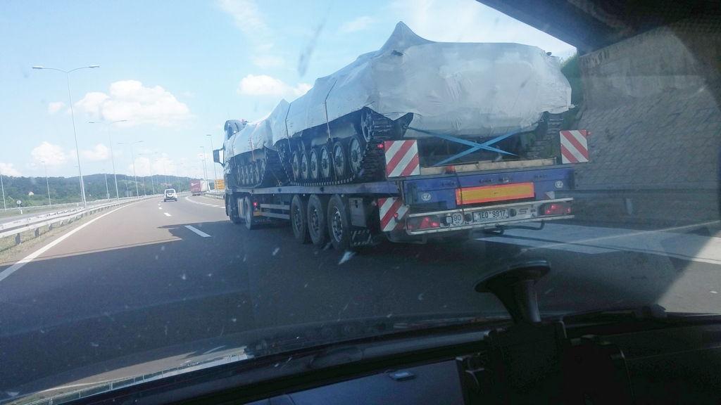 Ratno vozilo NATO na autoputu kod Niša