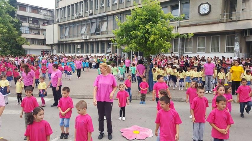 Mališani s roditeljima plesali i u Vlasotincu