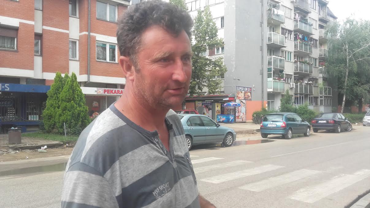Ovaj čovek je izvukao staricu iz rupe (VIDEO)