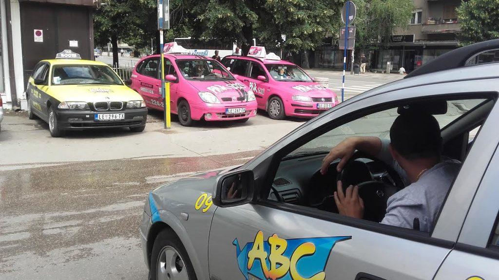 Stotinak taksista u Leskovcu ostaje bez posla, još im se uvodi i konkurencija