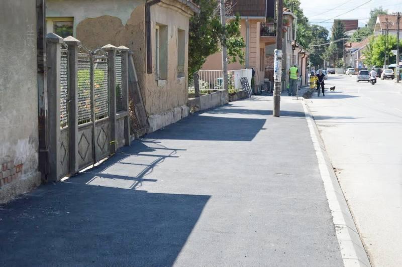 Asfaltiran trotoar u Vlajkovoj ulici, pripremaju se ivičnjaci i drvored