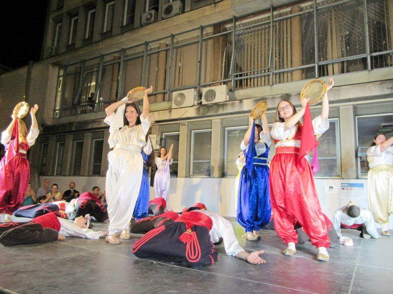 VEČE ZA UŽIVANJE Bugarski i vlasotinački folklorci proveli publiku kroz dve zemlje