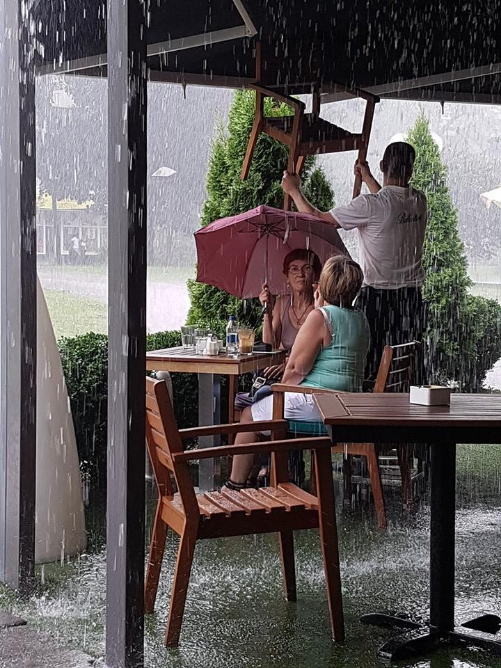 Kako Leskovčanke uživaju na letnjem pljusku