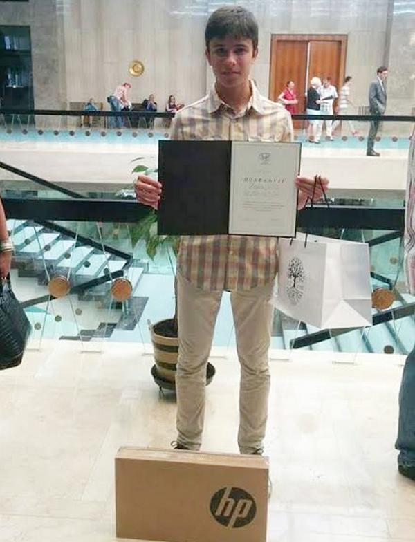 I učenik Vladan Vasić dobio laptop od Dragice Nikolić