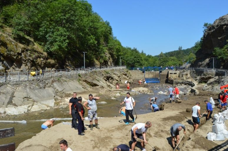 Preko 40 volontera čistilo kupalište u Vučju uništeno u nevremenu