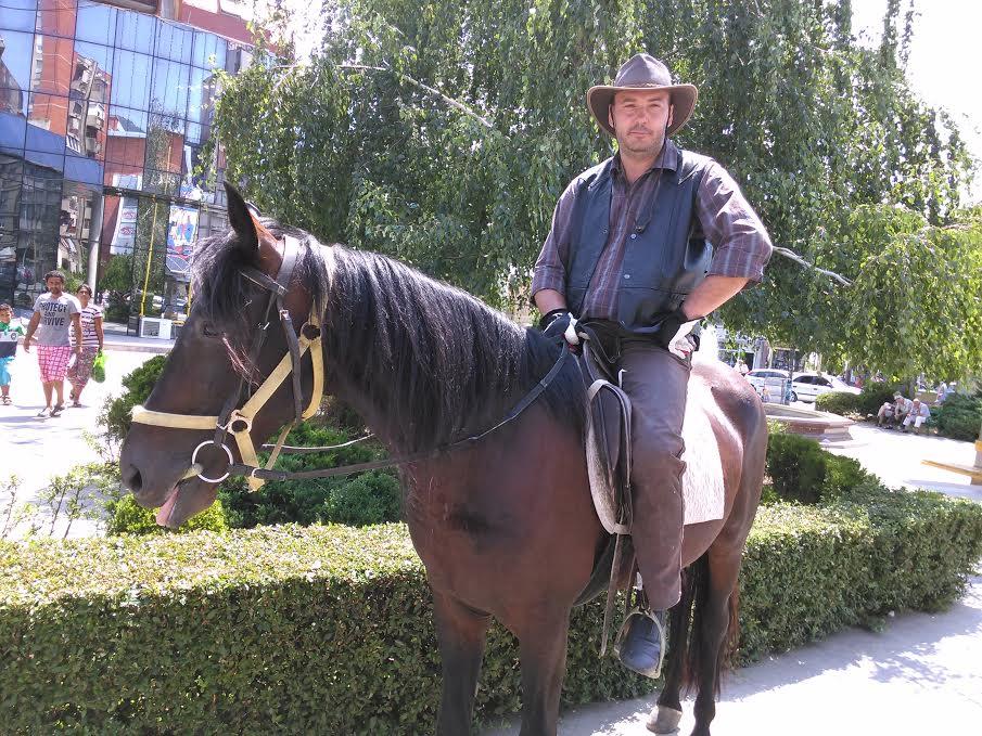 Poput viteza, nagizdanim konjima i šeširom jezdi ulicama