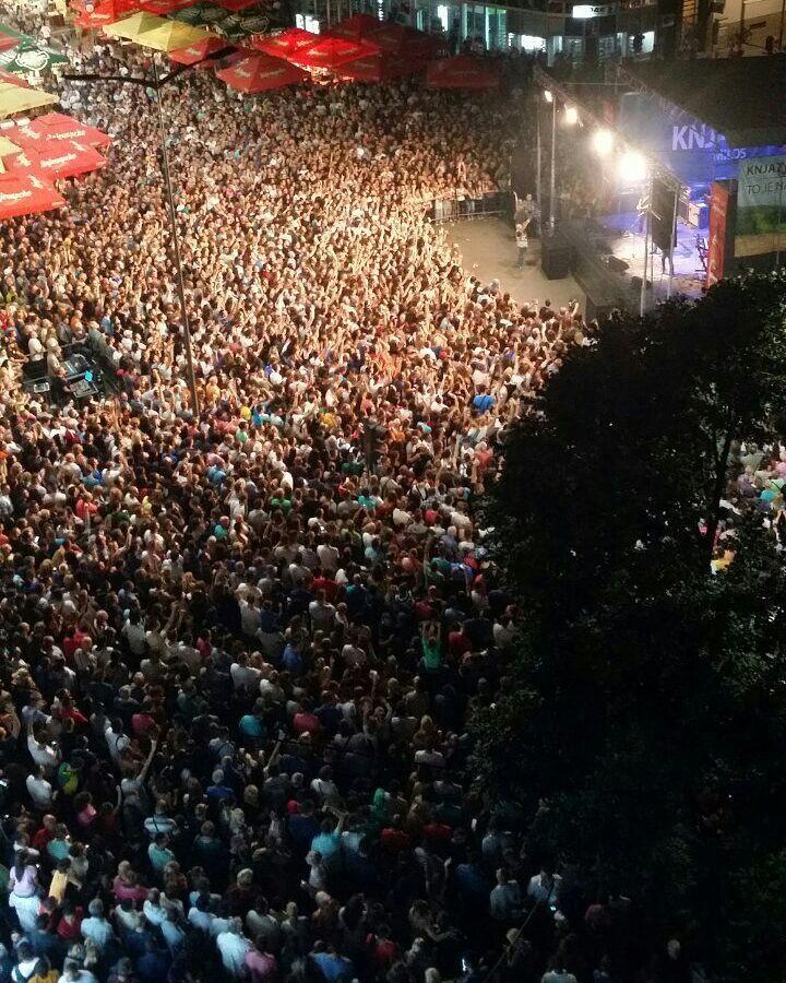 "BORA OBJASNIO! 10.000 ljudi pevalo sa ""Ribljom Čorbom"""