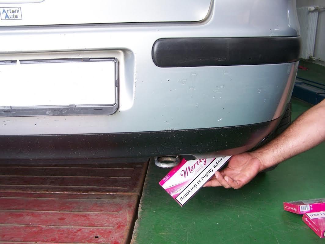 Krio cigarete u gumi i braniku automobila