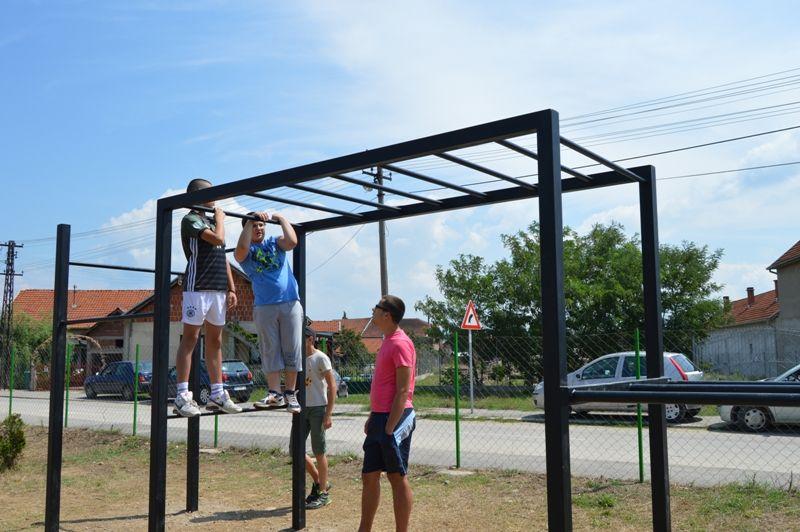 Omladinci napravili street work out park u Bobištu