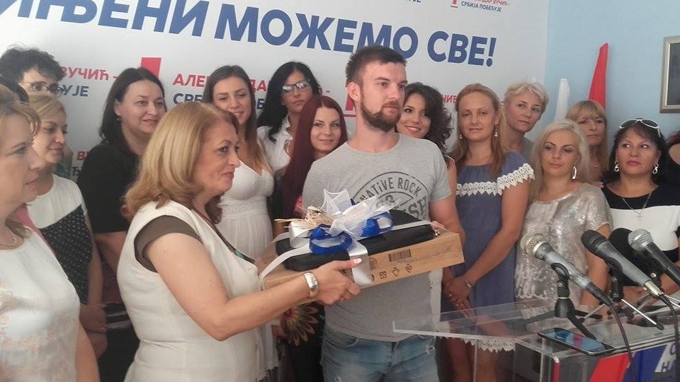 Studentu Goranu Zrniću laptop od Naprednjaka na poklon